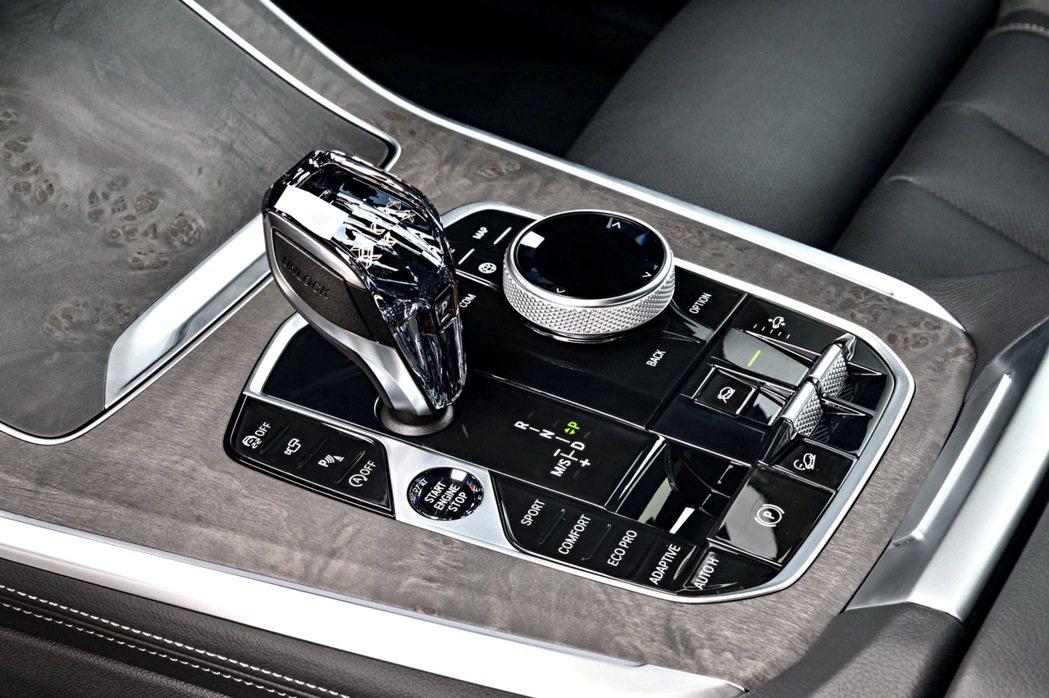全新世代BMW X5配備頂級水晶中空套件,為車室增添豪華氛圍。 圖/汎德提供