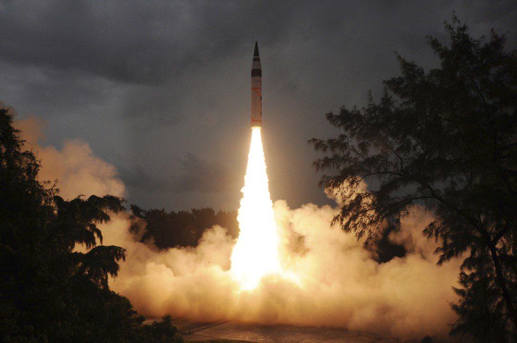 2013年,印度試射可攜帶核子彈頭的「烈火5號」(Agni-V)洲際彈道飛彈。 圖/美聯社