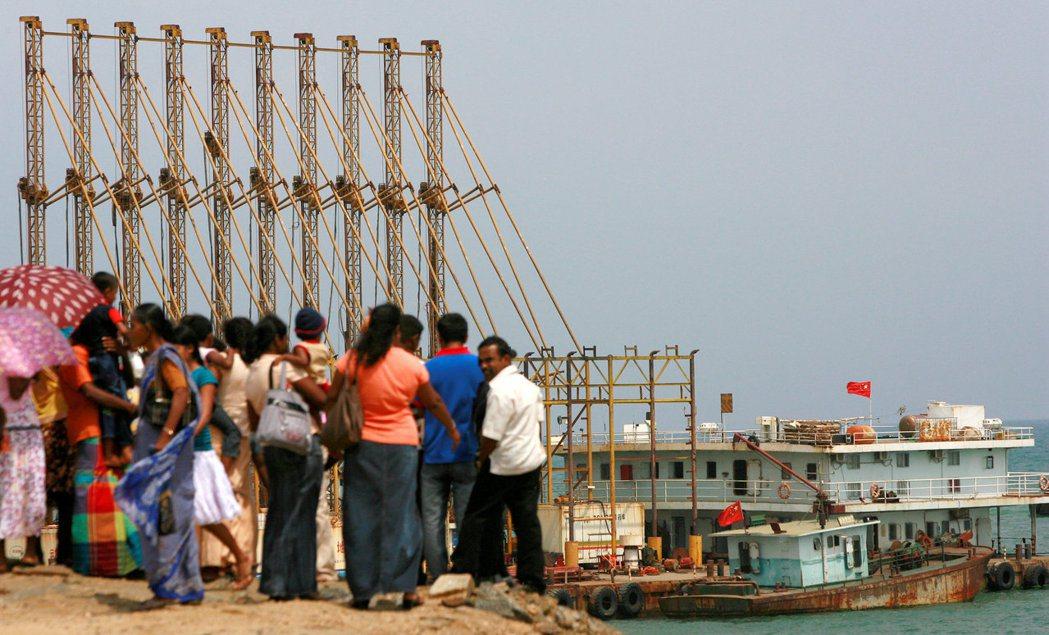 2017年,斯里蘭卡將漢班托塔港(Hambantota)「租借」給中國99年。 圖/路透社