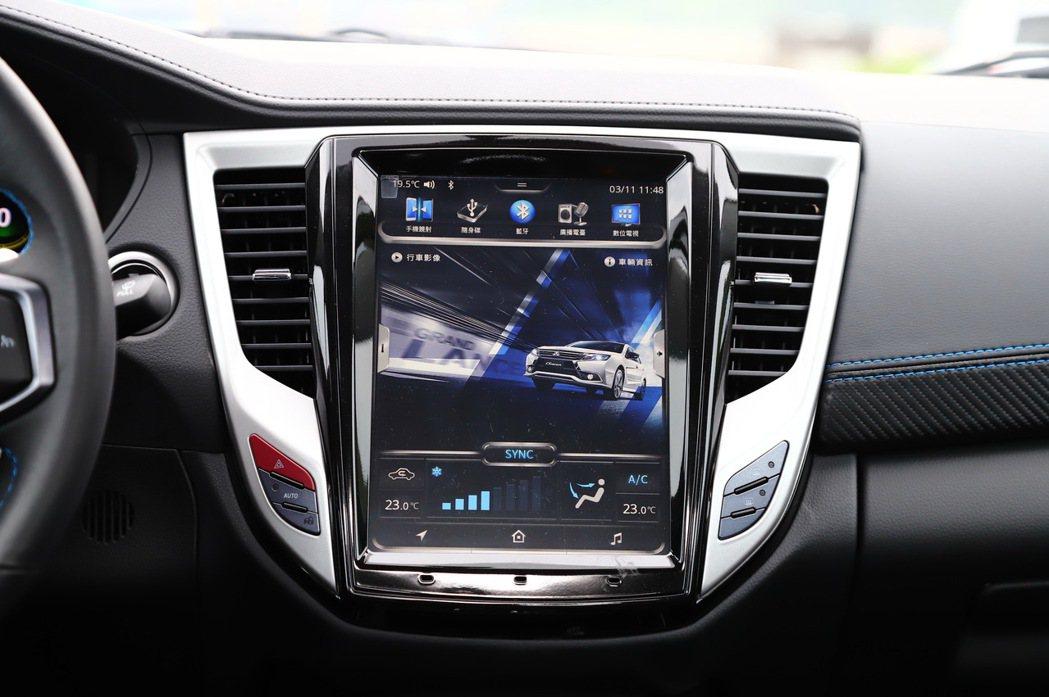 10.4吋的直式螢幕可選配搭載「數位助理-IVY」。 記者張振群/攝影