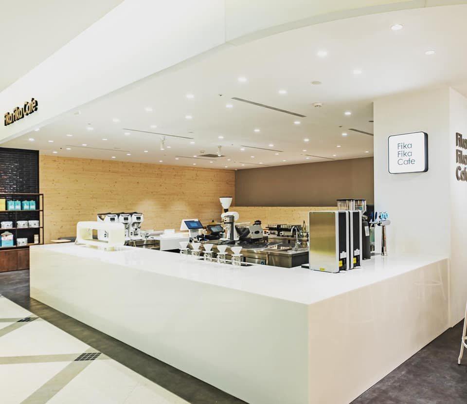 Fika Fika Cafe 遠百信義A13 座位空間劇場概念作為設計。 圖/F...