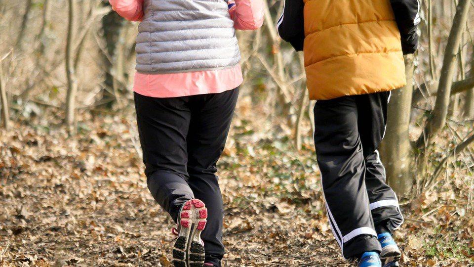 對於過度勞動者或電腦族,以「慢運動」開始,放緩呼吸速度及動作,運動同時保持深呼吸...
