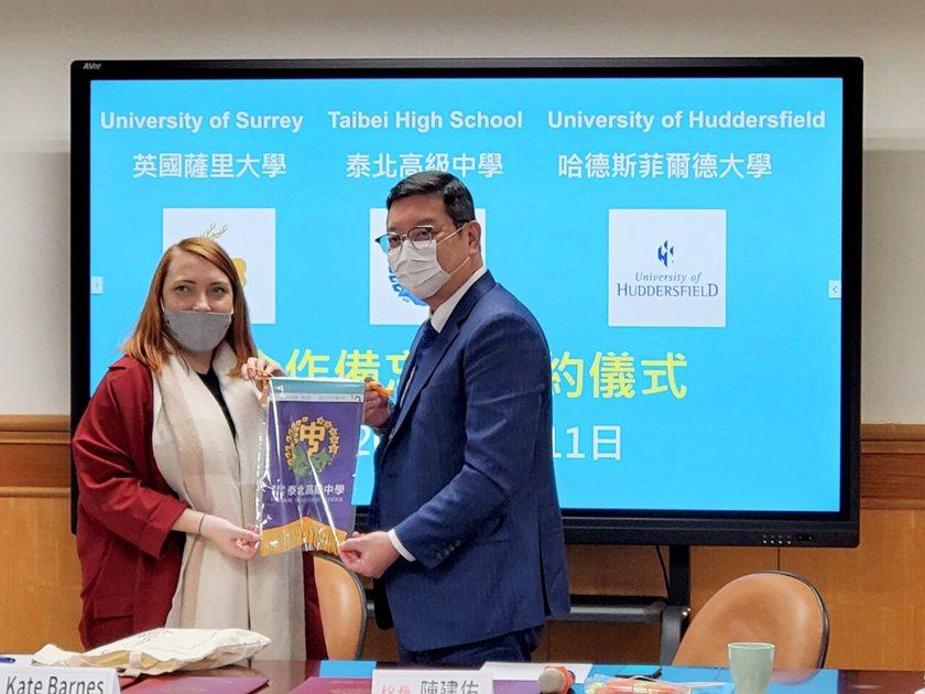 泰北高中校長陳建佑(右)與英大學代表簽訂合作意向書。 校方/提供