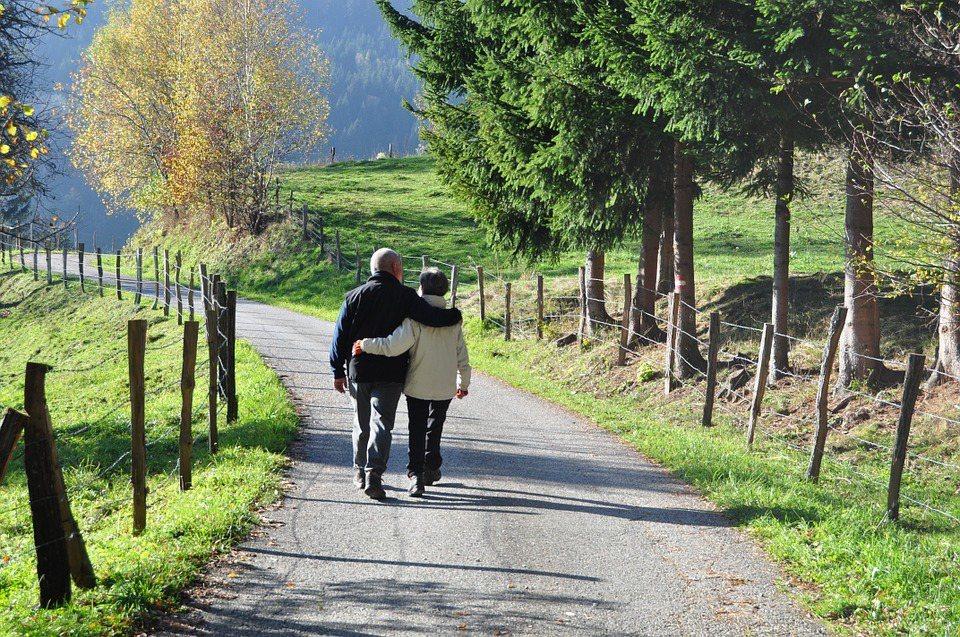 每天走更多的步數,與降低死亡率呈現正相關。 圖/pixabay