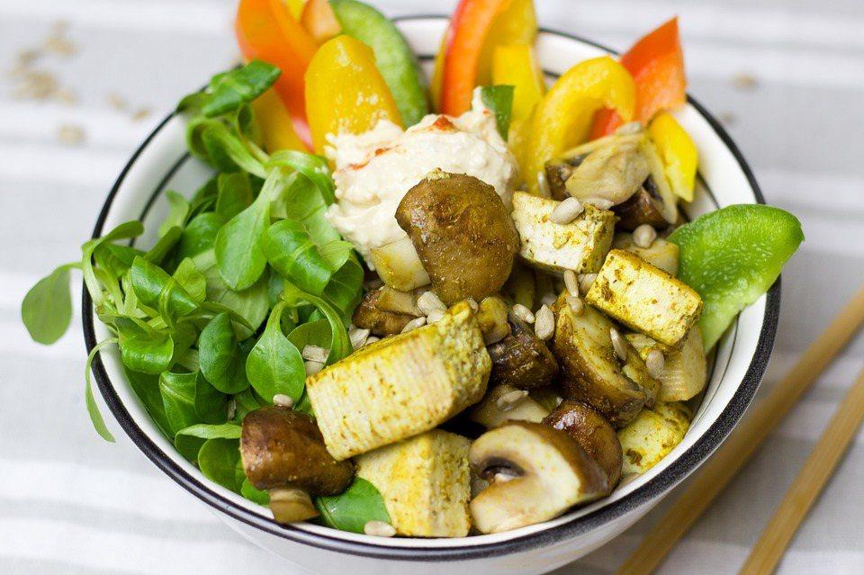 食用新鮮水果、橄欖油、苦茶油和菇類,確保獲取豐富的維生素C、D、E,可以預防動脈...