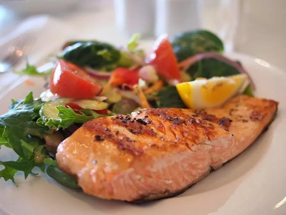 維生素D在食物中很少,只能從鮭魚、蛋黃或菇類中攝取,不然就是要多曬太陽了。 圖/...