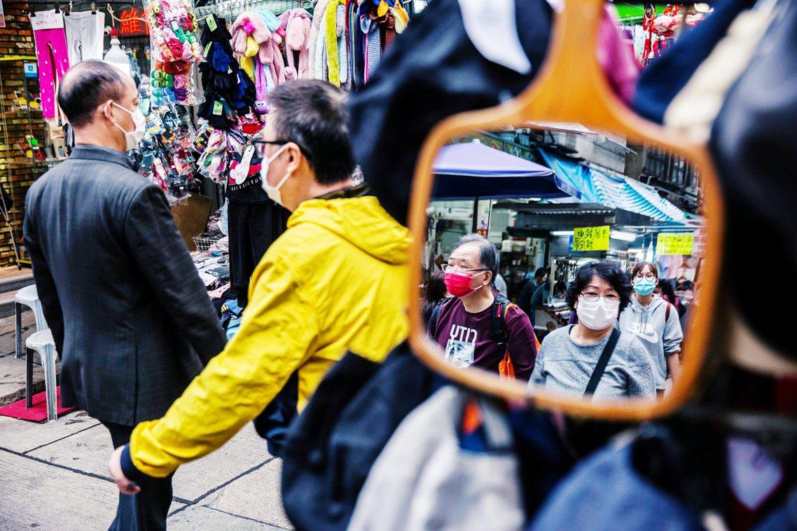 「隨意丟棄口罩,這真的非常自私。」儘管無法確認,這些廢棄口罩,是香港本地使用產生...