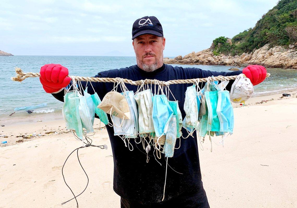 香港沿海近日出現了「口罩垃圾潮」。 圖/路透社