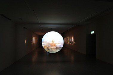 觀看美術館中的電影「阿比查邦.韋拉斯塔古:狂中之靜」