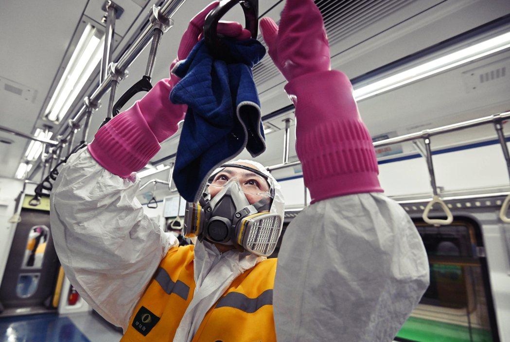 如今首都圈也因韓國大樓爆發集體感染,嚴峻情況不容小覷,圍堵疫情已成艱困任務。圖為...