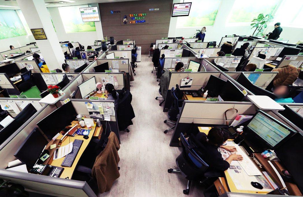 圖為京畿道的某家電話客服中心。此類接線工作,通常都是在空間密閉或狹小辦公室內的隔...