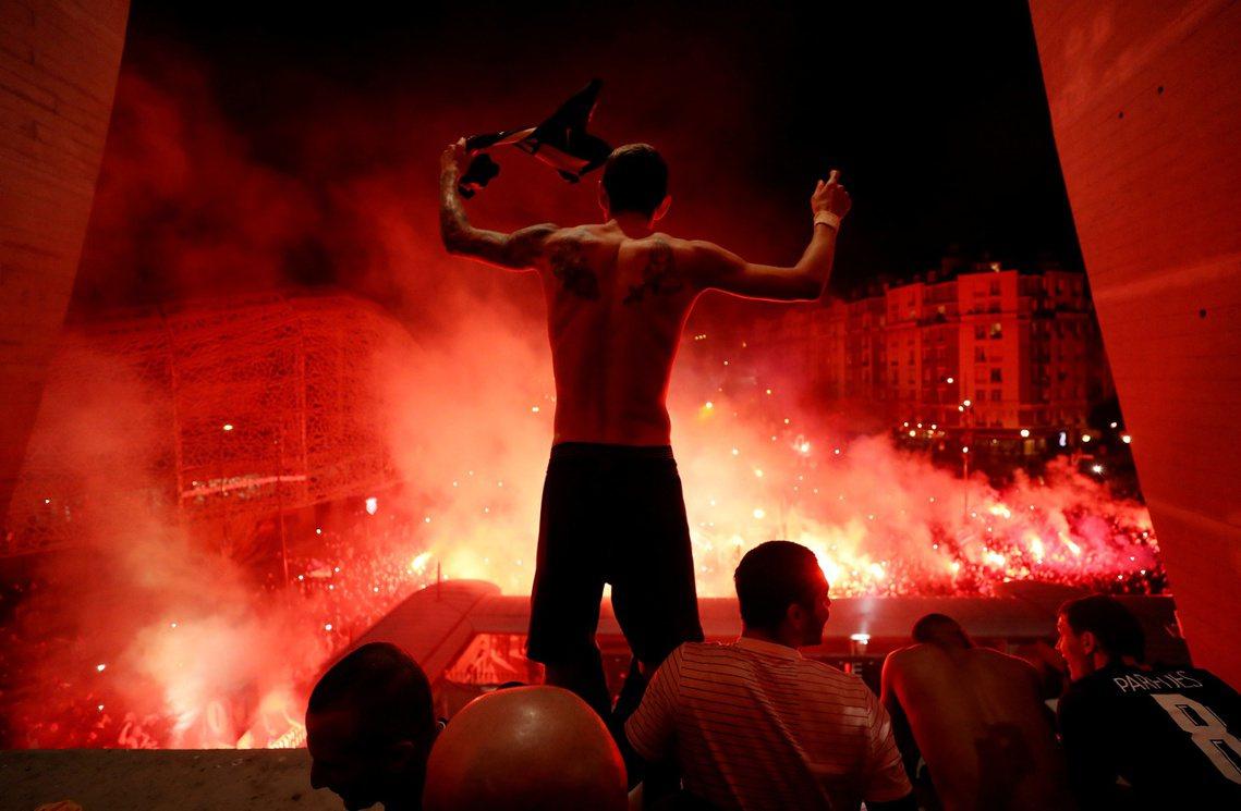 巴黎聖日耳曼(PSG)的阿根廷中場迪馬利亞,正興高采烈地要求場外球迷「再吵一點!...