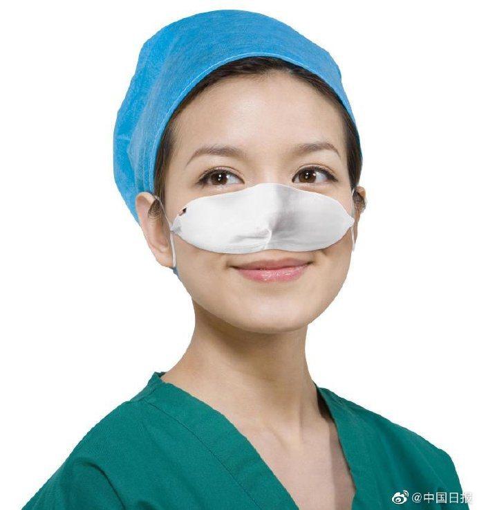 上海一名醫生發明了「鼻罩」,讓醫護人員不用脫下也能飲食。 圖/翻攝自《中國日報》微博