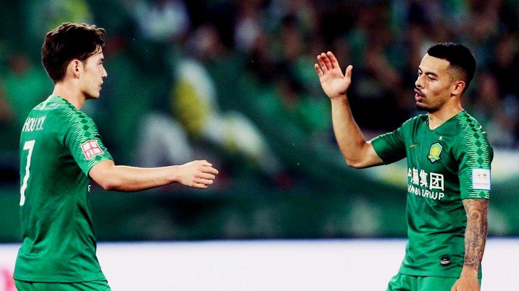 歸化中國的足球選手:左為來自挪威的侯永永(John Hou Saeter)、右為...