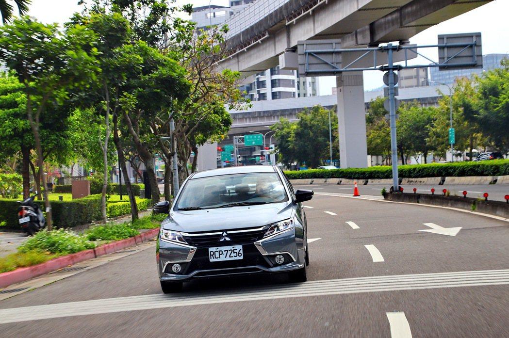 Grand Lancer在市區行駛,是眾人目光焦點。 記者張振群/攝影