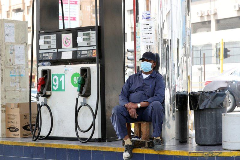 國際油價直直落,但在新冠肺炎疫情陰影壟罩下,願意多開車的人並未像過去隨油價下跌而增加。   路透