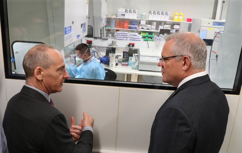 澳洲總理莫里森(右)上月參觀墨爾本研發新冠肺炎疫苗研究機構。  歐新社
