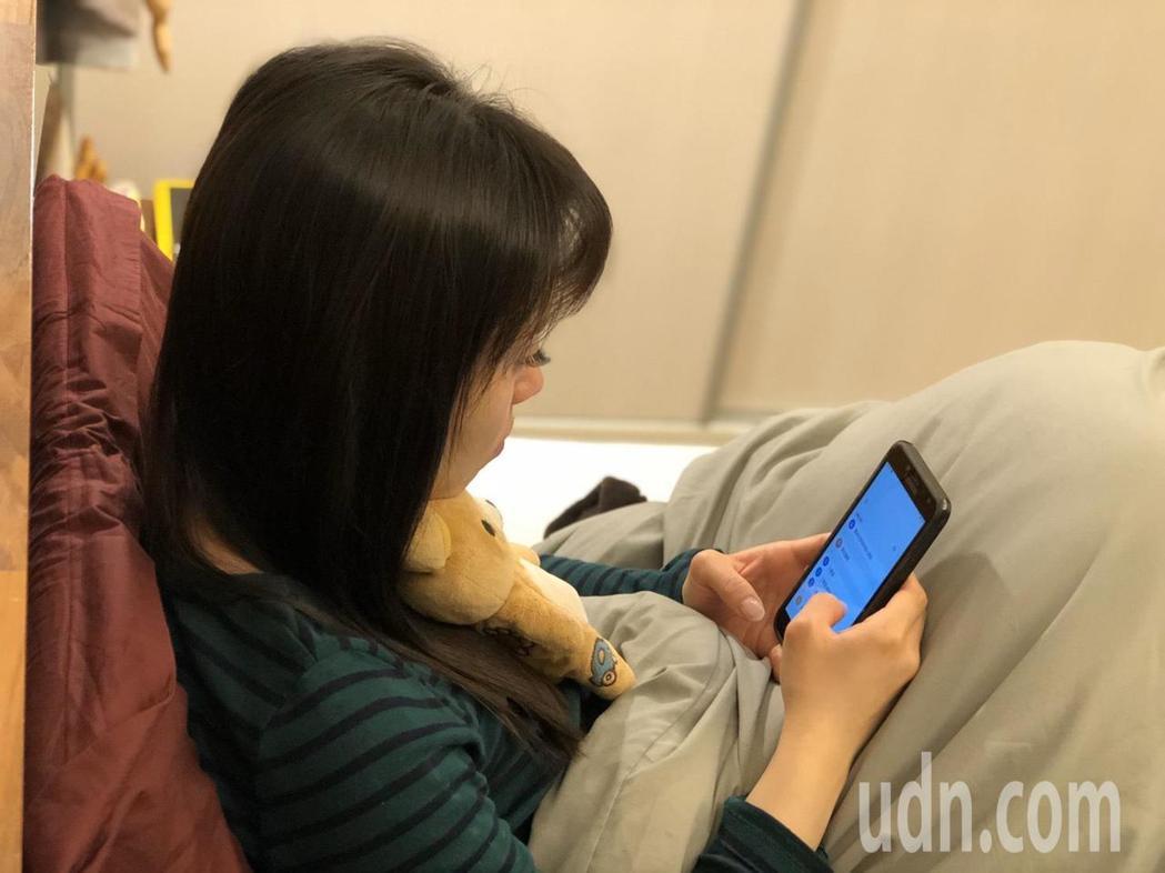 若是在床上使用智慧型手機或平板,常常越看越起勁,讓腦袋運轉不停、難以放鬆,會讓人...