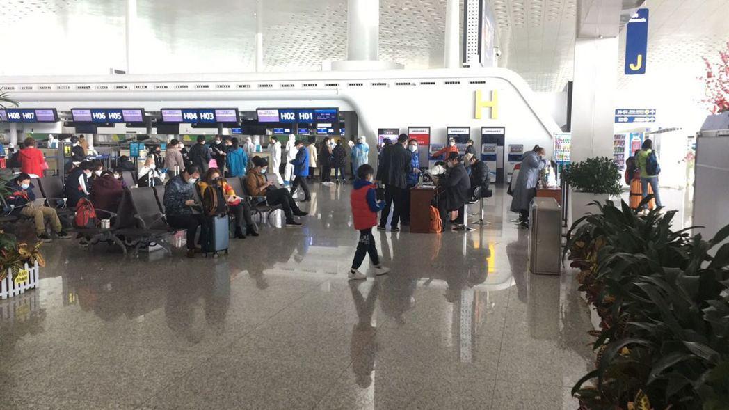 第二批武漢返台台胞在武漢天河機場候機大廳等待上飛機。圖/讀者提供