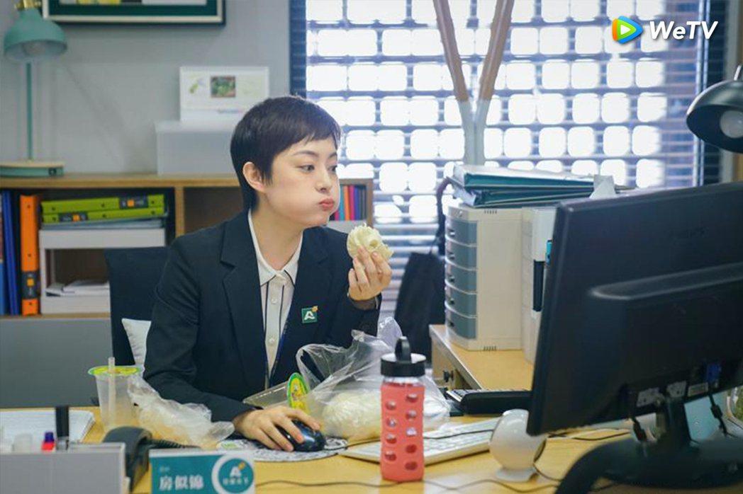 孫儷在「安家」中大口吃包子、喝豆漿,相當接地氣。圖/WeTV提供