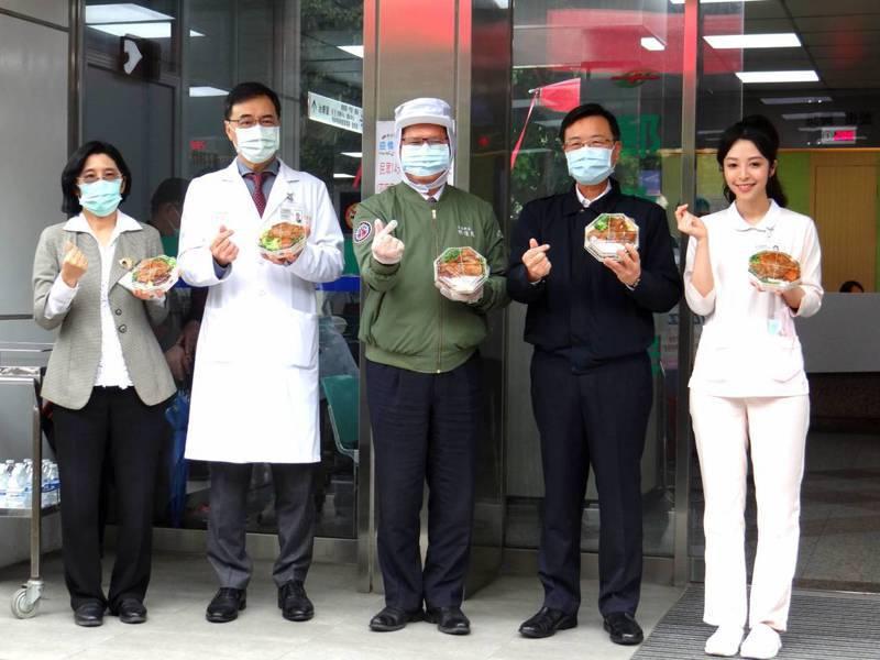 交通部長林佳龍(中)肯定台鐵局專案的用心,宣布台鐵局「向醫護人員致敬暖心便當專案」優惠期間由原訂3月底延長至4月底。 圖/台鐵局提供