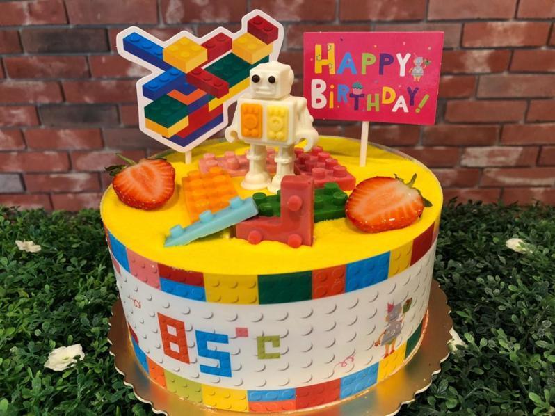 積器人將小朋友最愛玩的積木和機器人,結合在創意造型蛋糕上。圖/85℃提供