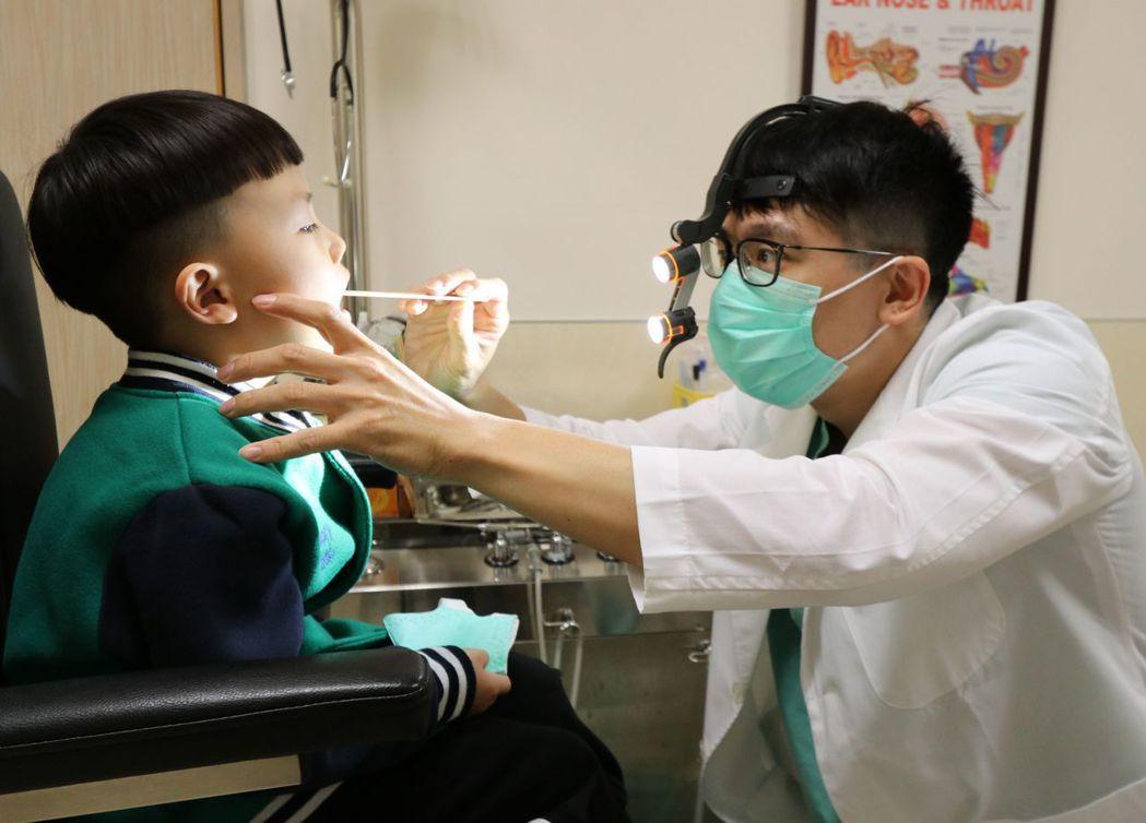 亞大醫院耳鼻喉部主治醫師許哲綸(右)為患者(圖非當事人)進行理學檢查。圖/亞大醫...