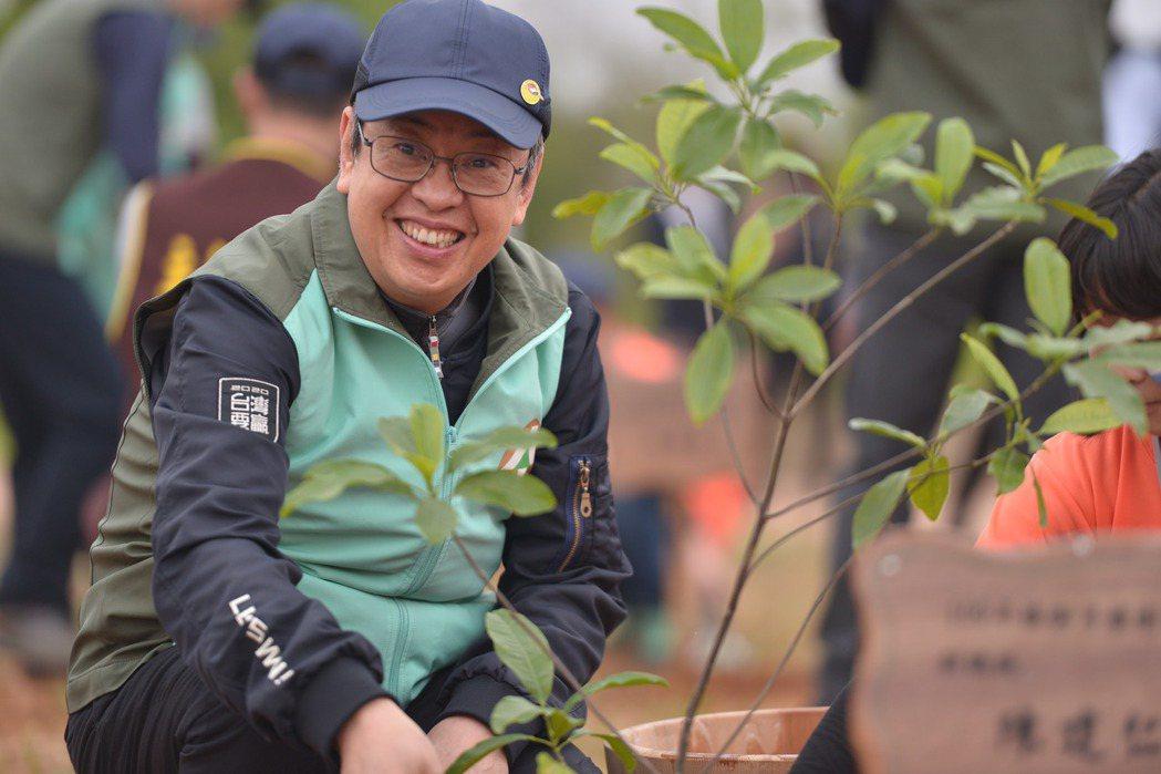 副總統陳建仁親手種下台灣中部原生樹種。圖/林務局提供