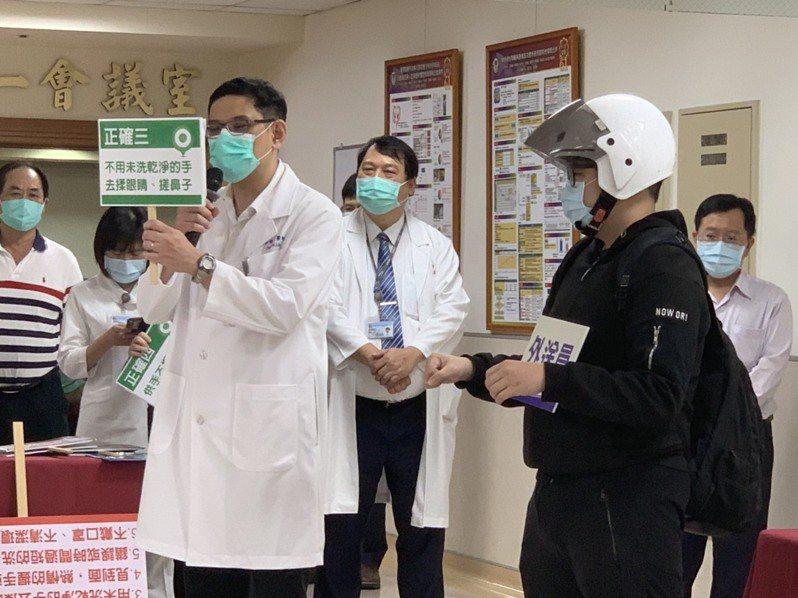 高醫醫護人員演出行動劇,舉出外送人員的6大NG行為。記者徐如宜/攝影