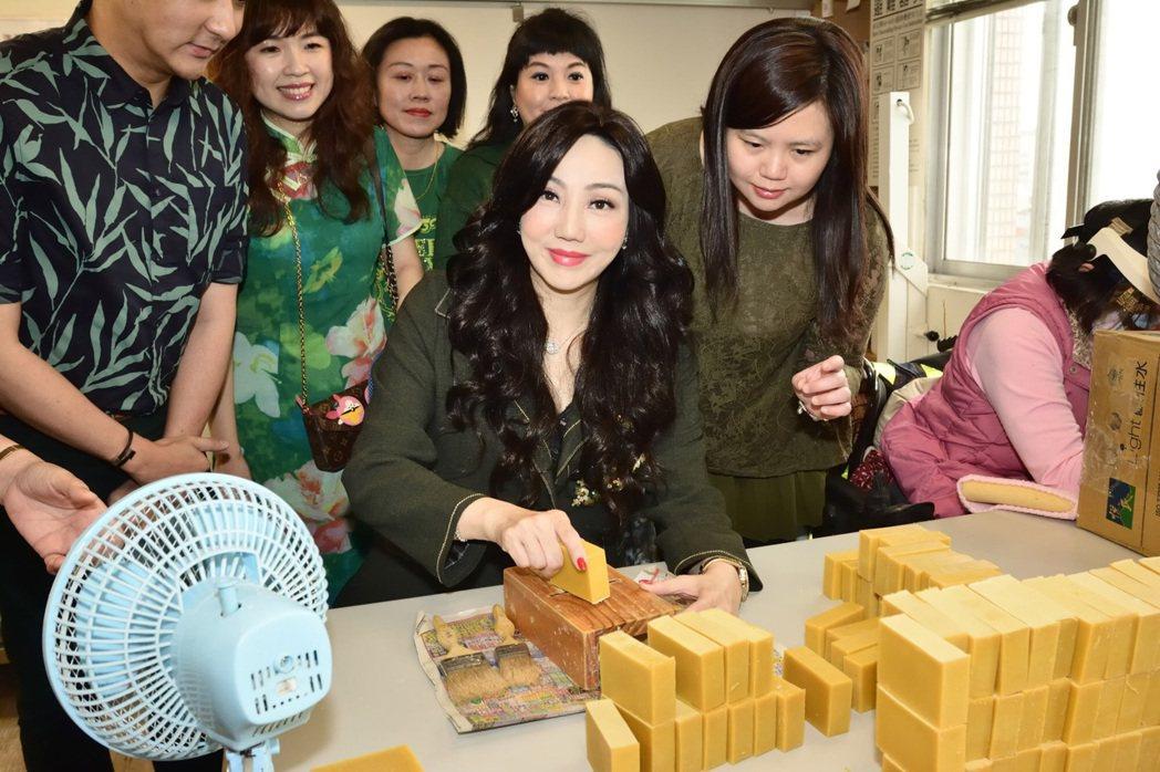 沈嶸活動後買下多組手工皂禮盒。圖/水舞演藝提供