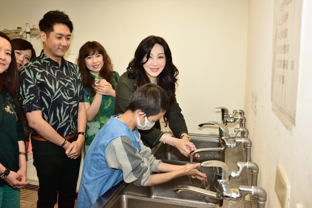 沈嶸邊念口訣邊洗手。圖/水舞演藝提供