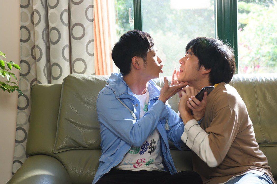 王為(右)、邱逸峰在「男盜女很賊」戲中演出一對耍笨兄弟。圖/緯來電影台提供