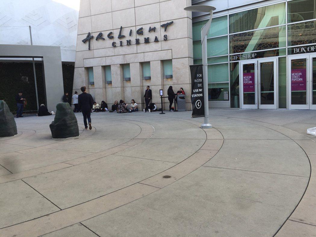 美國年輕影迷等待首映典禮見偶像,不只席地而坐、近距離聊天,且都不戴口罩。記者蘇詠...