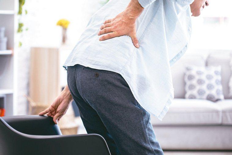 長期持續腰痠背痛,且背部異常疼痛,千萬不可輕忽,恐是罹患攝護腺癌的警訊。 圖/1...