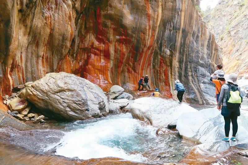 哈尤溪秘境的七彩岩壁見證大自然的鬼斧神工。 本報資料照片