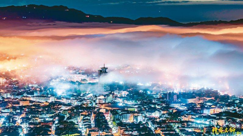 從埔里虎頭山往下拍攝,熱鬧的街景燈光在雲海中閃現,美不勝收。 圖/莊家和提供