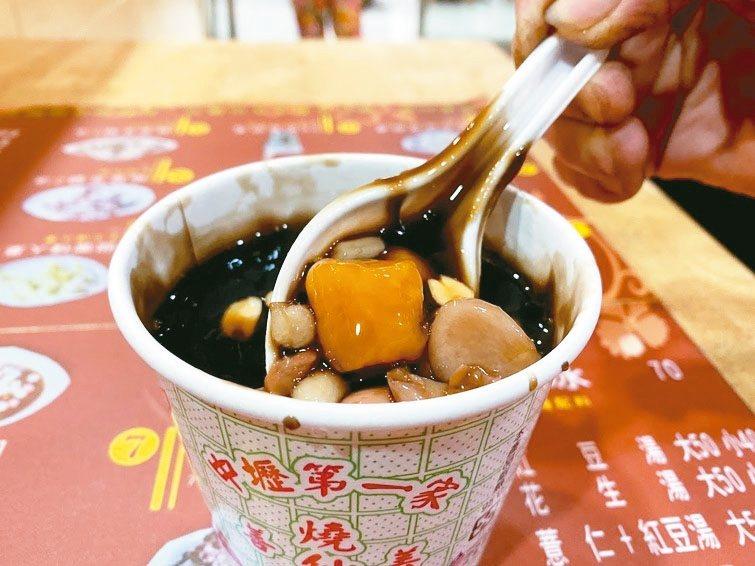 採用新竹關西仙草循古法慢火熬煮,吃起來溫潤、濃郁,配料是滿滿誠意。 記者高宇震/攝影