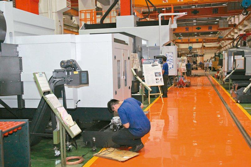 疫情衝擊,國內工具機大廠申請放無薪假獲准,員工利用工作量少時整理工廠環境,地板也重新粉刷。圖/聯合報系資料照片