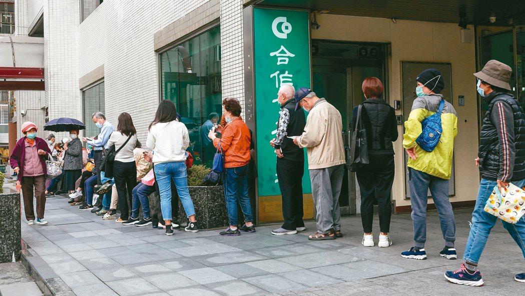 口罩2.0網購上路,到藥局買口罩的民眾依舊大排長龍。 記者陳柏亨/攝影