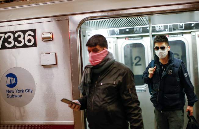 對抗新冠肺炎疫情,川普宣布暫停歐洲人前往美國旅遊,圖為紐約地鐵乘客戴口罩。(美聯社)