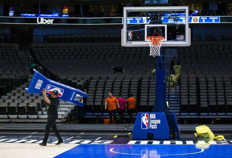 NBA主席席佛(Adam Silver)在電視直播時表示,聯盟至少要30天後才會復賽。 美聯社