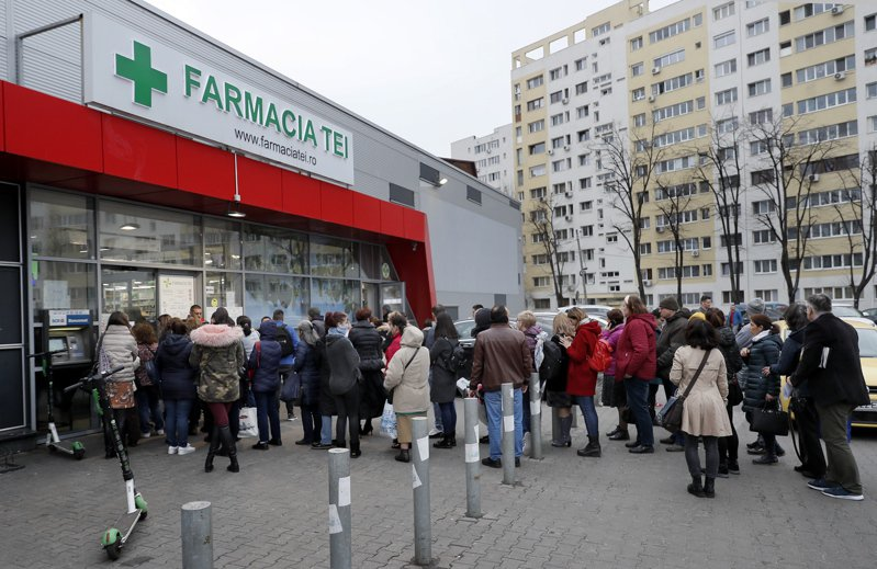 新冠肺炎疫情在全球大爆發,圖為義大利12日起關閉所有商店,只有藥房和食品雜貨店可營業,羅馬街頭異常冷清。 歐新社
