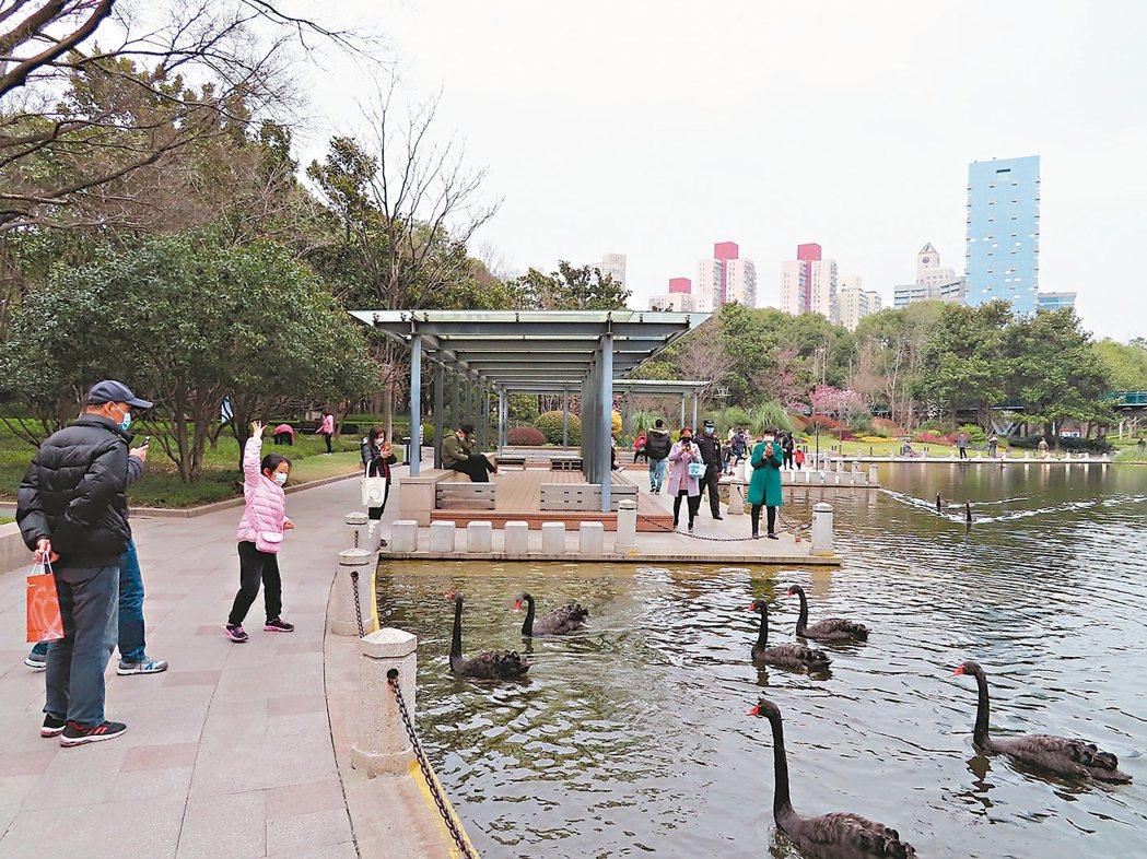 上海多處公共場所近日已陸續開放,上海徐家匯公園昨天下午就有不少民眾在公園內散步、...