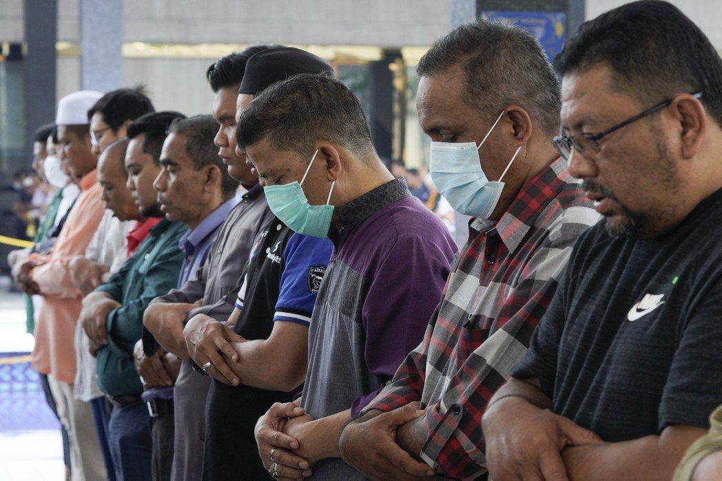 馬來西亞預期新冠肺炎疫情將蔓延很久,首相慕尤丁宣布,從18日到31日封鎖全境,防...