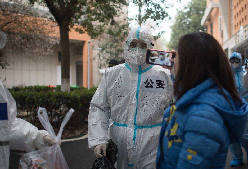 2019冠狀病毒疾病(COVID-19,俗稱新冠肺炎)疫情蔓延全球,針對中國聲稱境內疫情已趨緩一事,日本副首相兼財務大臣麻生太郎今天表示:「相信此話的人應該比較少。」 新華社