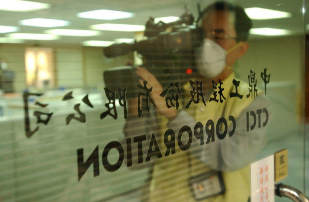 中鼎工程員工傳出疑遭不明肺炎SARS感染後,全體員工放防疫假,前往採訪的媒體記者...