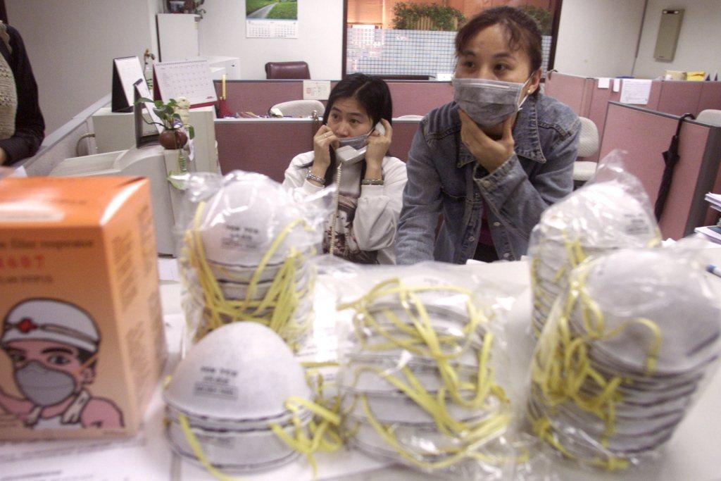 口罩受SARS疫情影響,價格飆漲。本報資料照