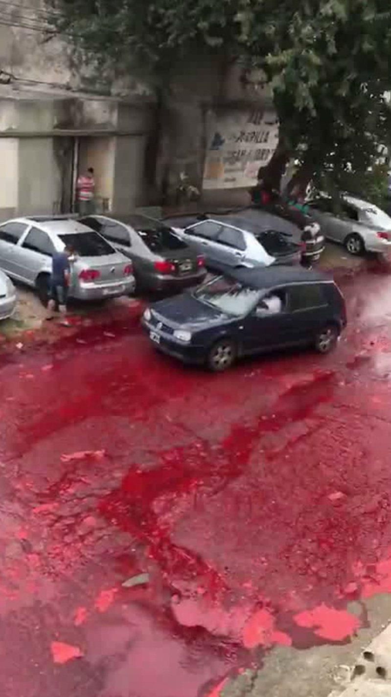 儲存血液的容器不明原因爆裂,街道瞬間染成一片血色。 圖擷自Unilad
