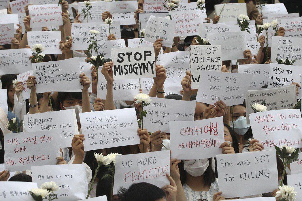 2016年5月首爾江南站一名男子稱「為了洩憤」而隨機殺害陌生女子,此事件引起大批...