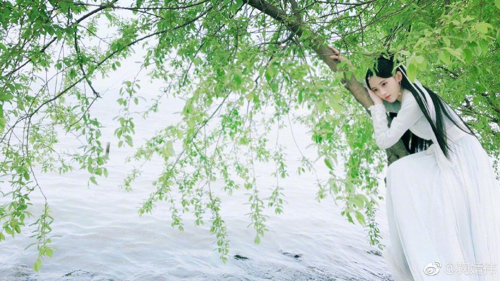 鞠婧禕被稱為四千年一遇美女,身材纖瘦的她仙氣十足。(鞠婧禕微博)